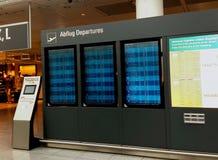 机场日内部晴朗 显示离开的屏幕 库存照片