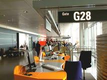 机场日内部晴朗 等在门上 免版税库存图片