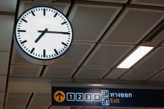 机场时钟牌 图库摄影