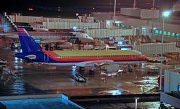 机场晚上视图 免版税图库摄影