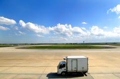 机场有篷货车 库存照片