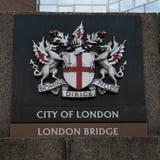 机场标志板,伦敦桥 库存图片
