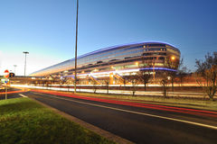 机场法兰克福晚上火车站 免版税库存照片