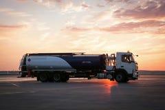 机场燃料为服务的卡车 库存照片