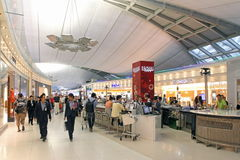 机场的内部的人们 免版税库存照片