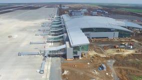 机场的建筑有跑道的 机场跑道鸟瞰图成为建造场所 工作者修造 免版税库存照片
