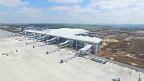 机场的建筑有跑道的 机场跑道鸟瞰图成为建造场所 工作者修造 免版税库存图片
