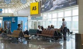 机场等待的人们 库存图片