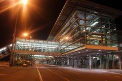 机场纽伦堡大厦在晚上 图库摄影