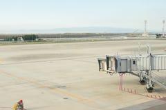 机场终端,日本,在终端门的飞机准备好为 库存图片