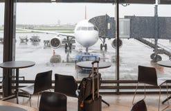 机场蓝色空间被定调子的等待 免版税图库摄影