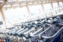 机场行李推车 图库摄影