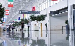机场被弄脏的人终端 图库摄影