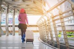 机场走道的妇女旅行家 汽车城市概念都伯林映射小的旅行 免版税库存照片