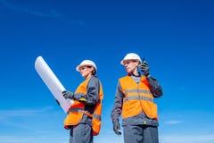 机场跑道的两位工程师 免版税库存照片