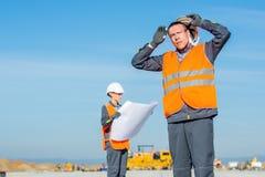 机场跑道的两位工程师 库存图片