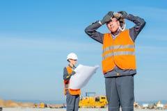 机场跑道的两位工程师 免版税库存图片