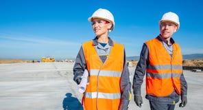 机场跑道的两位工程师 免版税图库摄影