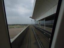 机场路轨火车得克萨斯雨天空 免版税库存图片