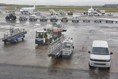 机场逃亡交通在一个雨天 背景更多我的投资组合旅行 库存图片