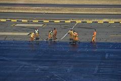 机场重新擦亮柏油碎石地面 库存图片