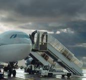 机场风雨如磐被延迟的飞行的飞机 库存照片