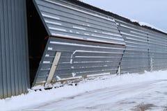 机场飞机棚与雪的门开头 免版税库存照片