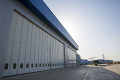 机场飞机棚从外面 库存图片