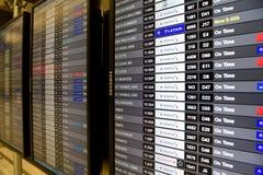机场飞行到来和离开信息在迈阿密 库存图片