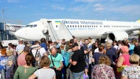 机场鲍里斯皮尔,乌克兰- 2018年10月24日:户外,乘客在平面通道附近等待 他们得到 影视素材