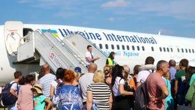 机场鲍里斯皮尔,乌克兰- 2018年10月24日:户外,乘客在平面通道附近等待 斯图尔特宣布 股票视频