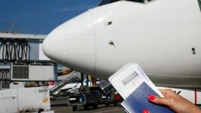 机场鲍里斯皮尔,乌克兰- 2018年10月24日:特写镜头,有航空公司登机牌票,搭乘的女性手 股票录像
