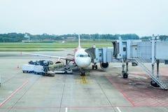 从机场终端门的喷气机桥梁 免版税库存图片