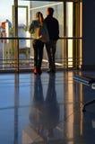 机场 等候早晨飞行的年轻夫妇 库存图片