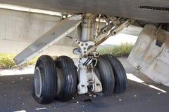 机场绿线塞浦路斯放弃了飞机平的轮胎 免版税图库摄影