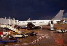 机场细节在一个风雨如磐的晚上 库存图片