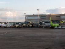 机场domodedovo莫斯科有偿的停车 国际终端内部看法  库存图片