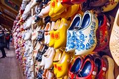 机架在有行传统荷兰木鞋子的商店- klompen障碍物 免版税库存照片