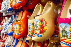 机架在有行传统荷兰木鞋子的商店- klompen障碍物 免版税库存图片