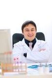 机柜医生医疗坐的微笑 免版税库存图片