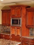 机柜黑暗的家庭厨房豪华木头 库存照片