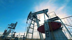 机械井架是泵浦工作油在阳光下 石油工业,石油工业,石油部门概念 影视素材