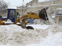 机械吹雪机 自然灾害冬天,飞雪,大雪麻痹了城市,崩溃 积雪旋风欧洲 免版税图库摄影