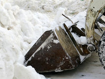 机械吹雪机 自然灾害冬天,飞雪,大雪麻痹了城市,崩溃 积雪旋风欧洲 库存照片