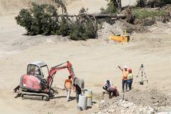 机械和工作者主要公路工地工作的在贝尔格莱德江边萨瓦河银行的  免版税库存照片