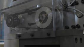 机械商店 冲切的机器 移动猛击的机制的零件,接近  影视素材