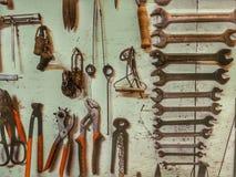 机械器物墙壁在关于轻的背景的一个车间 库存图片