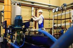 机械在油和煤气工厂的审查员转动的闸式阀 免版税库存照片