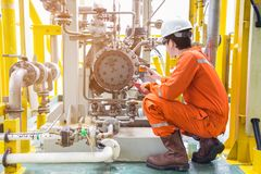 机械审查员检查油泵离心类型 近海油和煤气产业维护活动 免版税库存图片