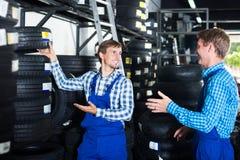 机械工与新的轮胎一起使用 库存照片